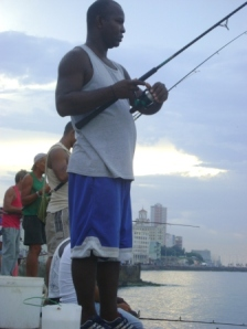 Pescadores en el Malecón de La Habana