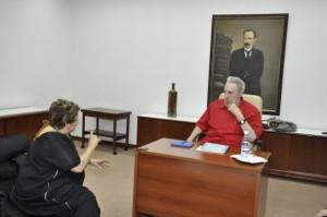 Fidel con la directora del diario La Jornada, de México, Carmen Lira Saade. Foto: Estudios Revolución Tomadoa de Cubadebate
