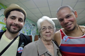 Calle 13 con la madre de Antonio guerrero, uno de Los Cinco Foto: Reuters