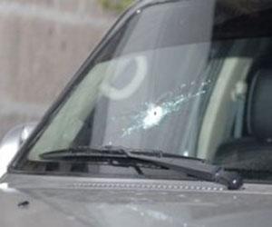 Impacto de bala en el auto del presidente Rafael Correa