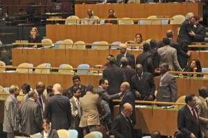 Diplomáticos felicitan al canciller cubano luego de la votación contra el bloqueo norteamericano Foto: AP