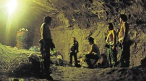 Los mineros sabían de memoria su orden de salida y no se aglomeraron junto a la cápsula. Foto tomada por rescatista y publicada por el diario La Tercera