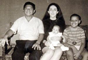 El jóven «Barry» Obama Soetoro, a la edad de 10 años, con su padre adoptivo Lolo Soetoro, su madre Ann Dunham Obama Soetoro y su media hermana Maya Soetoro (Foto de familia publicada por Bloomberg News).