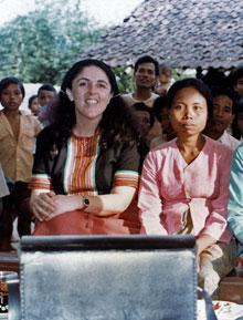 Ann Dunham Soetero «conquistando los corazones y las mentes» de los granjeros y artesanos javaneses en la aldea de Kajar.
