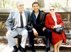 Obama y sus abuelos maternos, Madelyn y Stanley Dunham, en 1979. Su abuela fue vicepresidenta del Banco de Hawai, institución bancaria utilizada por diferentes pantallas de la CIA.