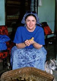 Ann Dunham de visita en un criadero de patos en Bali, oficialmente, en el marco de su trabajo para el desarrollo de programas de crédito bancario para pequeñas empresas.