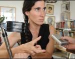 """Yoani Sánchez habla con periodistas en La Habana tras denunciar """"agresión"""". La muleta es autorecetada Foto: BBC"""