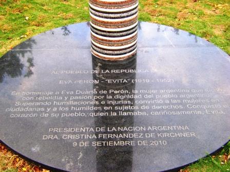 Texto al pie del busto a Eva Perón en La Habana Foto: Rubén Sánchez Rivero