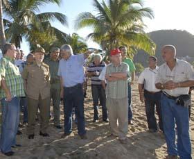 El Comandante de la Revolución Ramiro Valdés supervisa las obras que aseguran la instalación del cable submarino