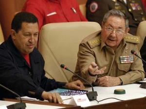 El presidente cubano Raúl Castro junto a Hugo Chávez