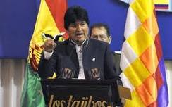 """Hay momentos en la historia que necesitan un discurso, aunque sea tan breve como el """"Alea jacta est"""" de Julio César cuando cruzó el Rubicón. Había que atravesarlo ese día, precisamente cuando los Ministros de Defensa de los Estados soberanos del hemisferio occidental estaban reunidos en la ciudad de Santa Cruz, donde los yankis han estado alentando el secesionismo y la desintegración de Bolivia. Era lunes 21 y las agencias de noticias estaban consagradas a divulgar y comentar la reunión de la OTAN en Lisboa, donde esa belicosa institución, en lenguaje arrogante y grosero, proclamó su derecho a intervenir en cualquier país del mundo donde sus intereses se sintieran amenazados. Se ignoraba por completo la suerte de miles de millones de personas, y las causas verdaderas de la pobreza y los sufrimientos de la mayoría de los habitantes del planeta. El cinismo de la OTAN merecía una respuesta, y la misma vino en la voz de un indígena aymara desde Bolivia, en el corazón de Suramérica, donde una civilización más humana había florecido antes de que la conquista, el coloniaje, el desarrollo capitalista y el imperialismo impusieran el dominio de la fuerza bruta, basada en el poder de las armas y tecnologías más desarrolladas. Evo Morales, presidente de ese país, electo por la inmensa mayoría de su pueblo, con argumentos, datos y hechos irrebatibles, tal vez sin conocer todavía el infame documento de la OTAN, dio respuesta a la política que el gobierno de Estados Unidos ha practicado históricamente con los pueblos de América Latina y el Caribe. La política de fuerza expresada a través de guerras, crímenes, violaciones de la constitución y las leyes; entrenamientos de oficiales de los institutos armados en conspiraciones, golpes de Estado, crímenes políticos que fueron utilizados para derrocar gobiernos progresistas e instalar regímenes de fuerza a los que sistemáticamente ofrecieron apoyo político, militar y mediático. Nunca un discurso fue más oportuno. Usando muchas veces las"""