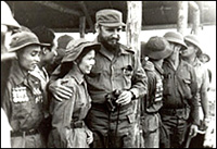 Fidel Castro comparte con combatientes en el Sur de Vietnam, en 1973.  Foto: Jorge Oller