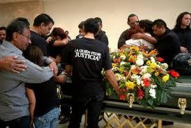 Familiares y amigos del reportero gráfico Luis Carlos Santiago, del Diario de Juárez, durante el funeral del joven de 21 años asesinado a balazos