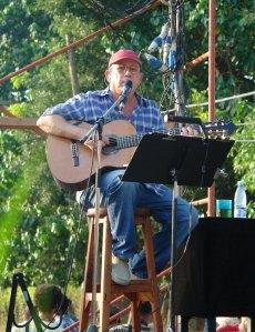 """Silvio Rodríguez canta para los vecinos del barrio """"La Corbata"""" en las afueras de La Habana Foto: Silvio en """"La Corbata"""". Foto: Keyttia Pintón/Cubadebate"""