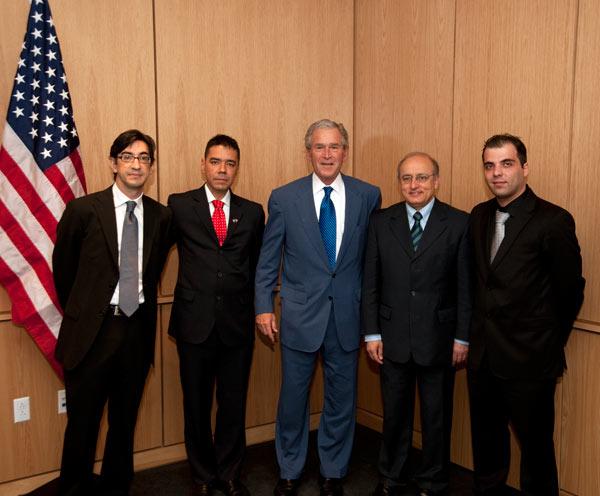 Ernesto Hernández Busto junto a Bush, es el más cercano a la bandera norteamericana