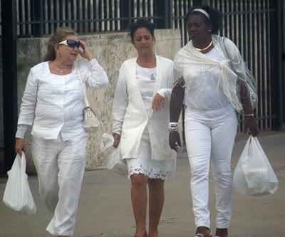 """""""Damas de Blanco"""" saliendo de la sede diplomática norteamericana en La Habana el viernes 3 de diciembre de 2010 Foto tomada del Blog """"Cambios en Cuba"""""""