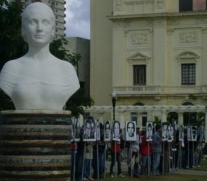 Jóvenes cubanos exhiben los rostros de las víctimas del terrorismo practicado por Estados Unidos contra la Isla. En primer plano busto de Eva Perón donado por la presidenta argentina a Cuba Foto: La pupila insomne