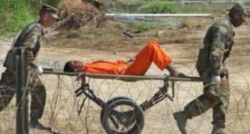 Tralado de prisionero en Base Naval de Guantánamo