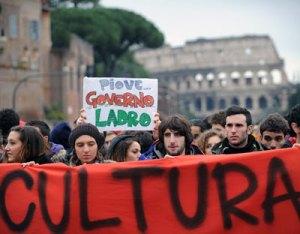 Manifestantes italianos protestan contra los recortes en los presupuestos de cultura el pasado 30 de noviembre.AFP