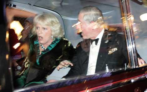 El vehículo en el que viajaban el príncipe Carlos y su esposa Camila fue atacado en Regent Street, en el centro de Londres, por estudiantes que repudiaban el incremento hasta de 300 por ciento a las cuotas universitarias.