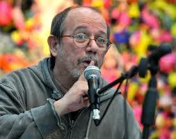 Silvio Rodríguez en la premiación del concurso sobre la obra de Rubén Martínez Villena