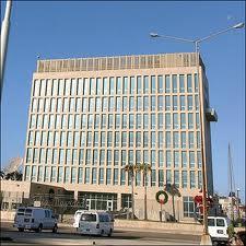 Edificio que alberga la Oficina de Intereses de Estados Unidos en La Habana