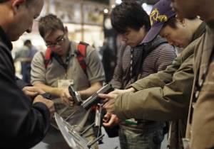 Asistentes a la exposición más grande de armas de fuego que se inauguró ayer en Las Vegas. Foto AP
