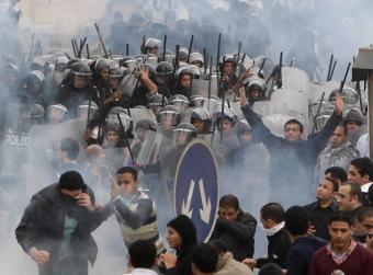 Carga de los antidisturbios egipcios. Foto: AP