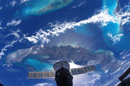 Cuba desde la Estación Espacial Internacional. La nave rusa Soyuz acoplada a la Estación también aparece.