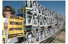 Manifestantes en El Paso exhiben fotos de las víctimas de Posada Carriles