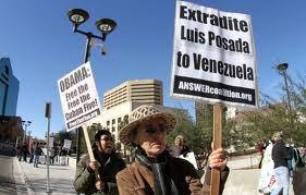 Manifestantes en El Paso piden extradición a Venezuela de Posada Carriles. Foto: Armando Vela/El Diario de El Paso)