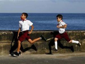 * Enviar a un amigo     * Comentar    »  Cuba reporta su tasa de mortalidad infantil más baja en 2010 03 de enero de 2011 • 10:25  Comentarios     0     1. Noticia  Imagen de archivo de niños en sus uniformes de escuela en El Malecón de La Habana. oct 28 2010.
