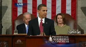 Obama en un discurso sobre El estado de la Unión, al fondo el vicepresidente Joe Biden y la Secretaria de Estado Hillary Clinton