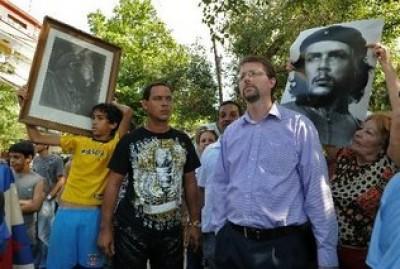 Foto de Lowell Dalton, funcionario de la Oficina de Intereses de EE.UU. en La Habana en la esquina de 19 y K en La Habana este 27 de febrero