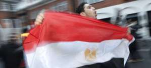 Joven celebra caída de Mubarak Foto: Reuters