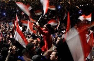 Miles de personas se manifiestan este jueves en la plaza Tahrir, epicentro de las protestas en Egipto, en un ambiente de euforia ante la posibilidad de que el presidente Hosni Mubarak abandonara el poder. Foto: EFE