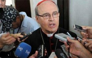 El arzobispo de La Habana, cardenal Jaime Ortega, conversa con la prensa.