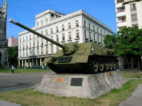 cañón autopropulsado Sau-100 con el que Fidel Castro hundió el buque norteamericano  Houston a la entrada del Museo de la Revolución en La Habana