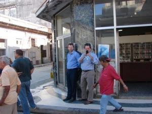 Funcionarios de la Oficina de Intereses de Estados Unidos en La Habana, este 23 de Febrero de 2011, supervisan provacaciones de sus empleados en Cuba