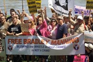 Manifestantes a favor de Bradley Manning
