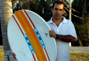 Dalexis, junto a una de las antenas, enmascarada como tabla de surf, que le enviara Robert Guerra