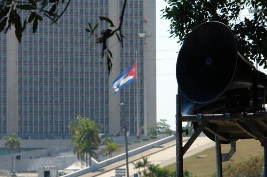 Altoparlantes han sido instalados alrededor de la Plaza de la Revolución en La habana para las prácticas del desfile por el 50 aniversario de la proclamación del carácter socialista de la Revolución Cubana