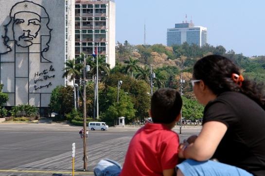 Una madre junto a su hijo contempla el monumento al Comandante Che Guevara en la Plaza de la Revolución en vísperas de las prácticas del desfile por el 50 aniversario de la proclamación del carácter socialista de la Revolución Cubanaen la Plaza de la Revolución en vísperas de las prácticas del desfile por el 50 aniversario de la proclamación del carácter socialista de la Revolución Cubana