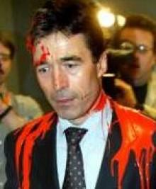 Anders Fogh Rasmussen marzo de 2003 con pintura roja vertida por un activista en el Parlamento danés, simbolizando la sangre, por la participación danesa en la guerra contra Iraq