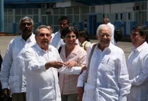 El presdente Raúl Castro despide a James Carter en el aeropuerto José Martí