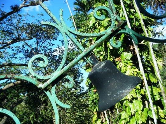 Detalle de verja y campana en Pinar del Río, Cuba