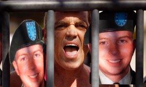 Un hombre protesta contra detención de Bradley Manning