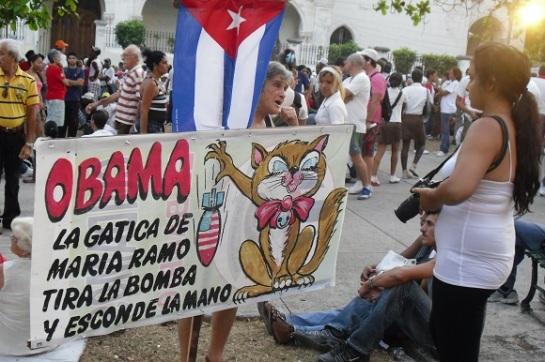 """""""Obama, La gatica de María Ramos, tira la bomba y esconde la mano"""" en La Plaza de la Revolución, La Habana, Cuba, 16 de abril del 2010"""