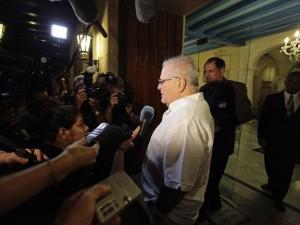 Elizardo Sánchez suministra a la prensa internacional listados de supuestos presos políticos.