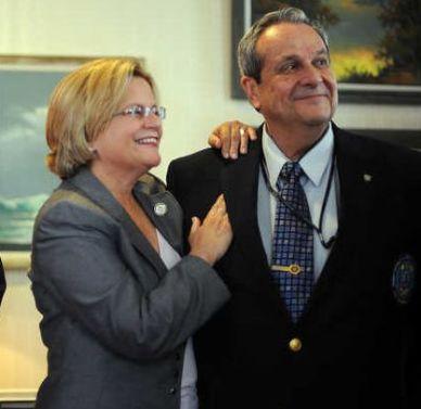 Ileana Ros-Lehtinen y el ex agente de la CIA Félix Rodríguez en el Capitolio de Washington. Abril de 2011.